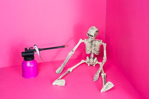Szkielet i latarka gazowa