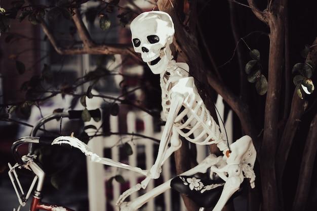 Szkielet wesołego halloween. helloween do wystroju domu.