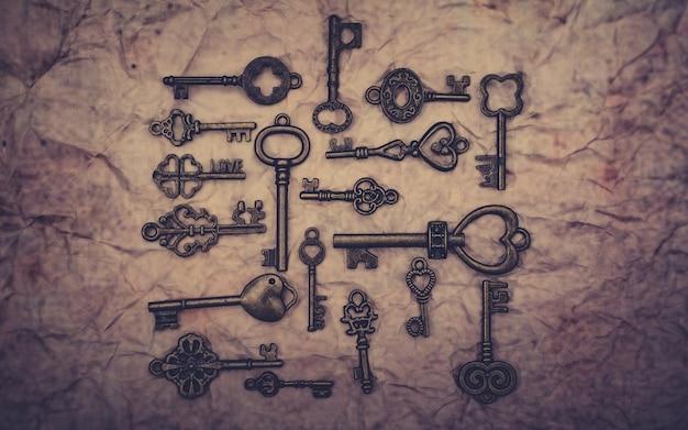 Szkieletowe klucze na szorstkim papierze