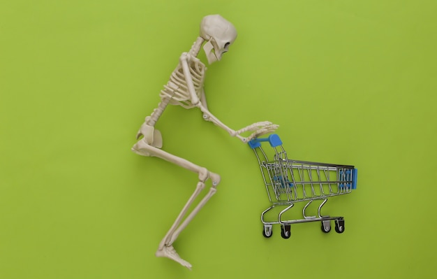 Szkieletowe zakupy z wózkiem na wózek