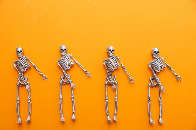 Szkielety tańczą na pomarańczowym stole