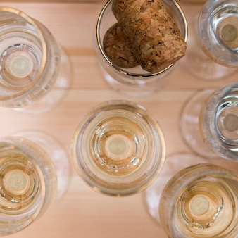 Szkła szampan na drewnianym stole przy outdoors