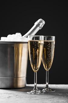 Szkła szampan z szampańską butelką w wiadrze