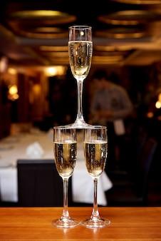 Szkła z szampanem na barowym kontuarze w restauraci.