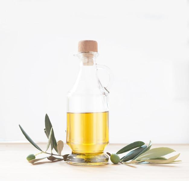 Szklana butelka oliwy z oliwek.