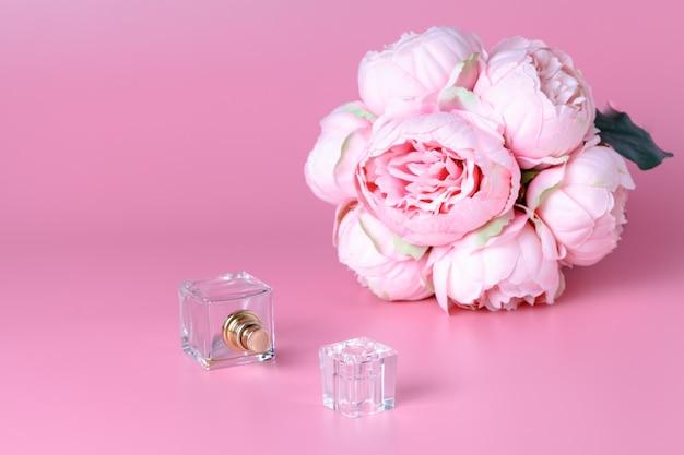 Szklana butelka perfum, kobiecy zapach, akcesorium do urody