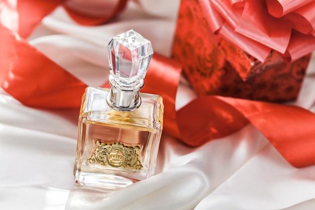 Szklana butelka perfum z prezentami