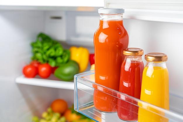 Szklana butelka soku na półce w lodówce