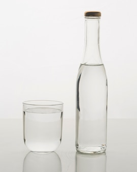 Szklana butelka wypełniona wodą