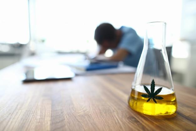 Szklana butelka z olejem kannabinoidowym
