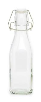 Szklana butelka z wahadłowym porcelanowym zamknięciem o pojemności 250 ml. bez etykiety i na białym tle.