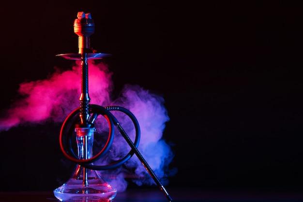 Szklana fajka wodna shisha z metalową misą na stole