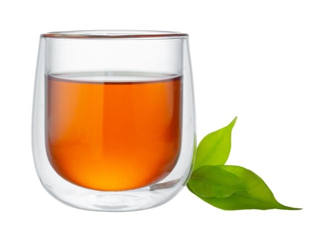 Szklana filiżanka herbaty na białym tle