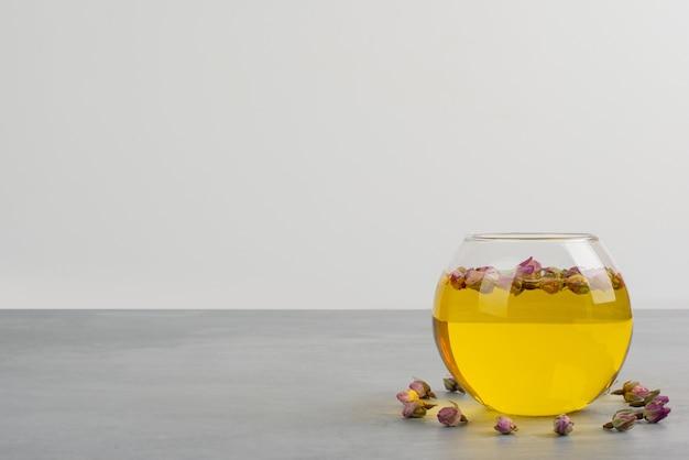 Szklana Filiżanka Herbaty Na Szarym Stole. Darmowe Zdjęcia