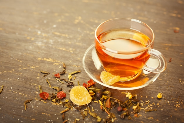 Szklana filiżanka herbaty z kandyzowanymi owocami