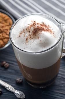 Szklana filiżanka latte kawa na drewnianym stole