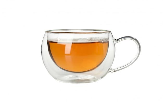 Szklana filiżanka odizolowywająca na bielu chamomile herbata