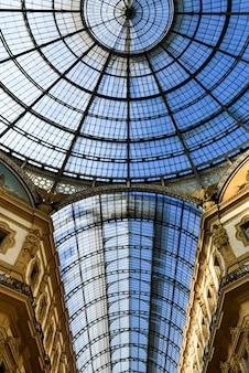 Szklana kopuła galleria vittorio emanuele w mediolanie, włochy
