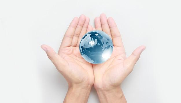 Szklana kula w ręku, koncepcja oszczędzania energii, elementy tego obrazu dostarczone przez nasa