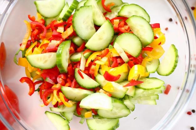 Szklana misa trzyma sałatkę ze składników warzywnych