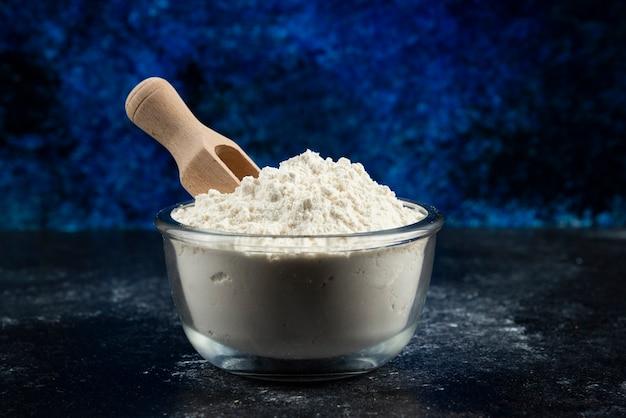 Szklana miska mąki na niebiesko.