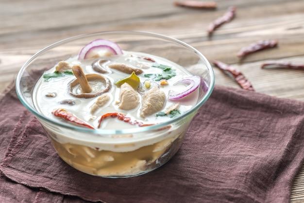 Szklana miska tajskiej zupy tom kha kai