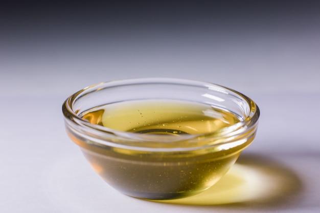 Szklana miska ze świeżym złotym płynnym miodem