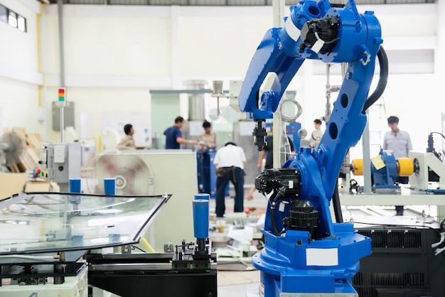 Szklana osłona przeciwwietrzna robota w fabryce montażu.