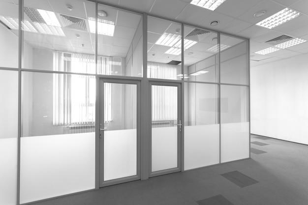 Szklana przegroda w biurze. powierzchnia biurowa. wnętrze nowoczesnego budynku. pokój do wynajęcia.