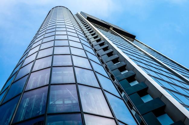 Szklana ściana wieżowca, błękitne niebo