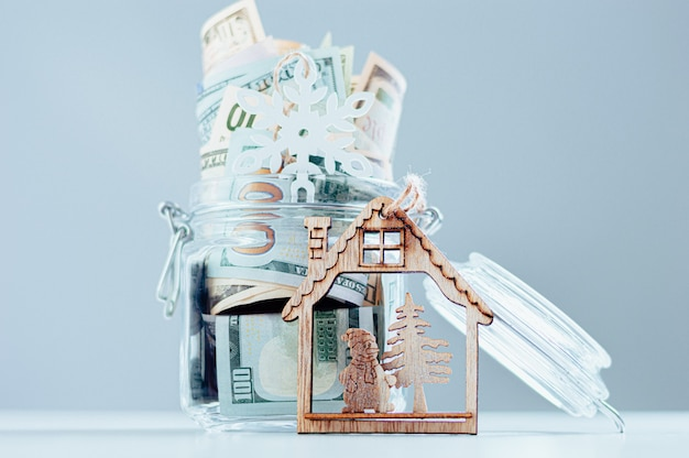 Szklana skarbonka pełna pieniędzy. koncepcja boże narodzenie i nowy rok. wydatki na prezenty. różne środki przekazu