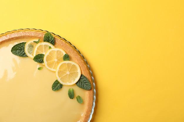 Szklana taca z cytryną tarta na żółtym, widok z góry