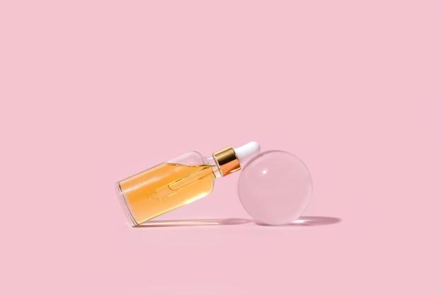 Szklane butelki z zakraplaczem z pipetą. przezroczysty hialuronowy naturalny produkt kosmetyczny i koncepcja pielęgnacji skóry eko serum. widok z góry copyspace w poziomie.