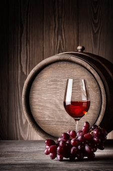 Szklane czerwone wino z winogronami