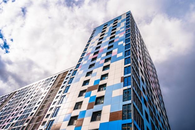 Szklane dachy centrów biznesowych fotografowane są na tle błękitnego nieba