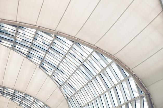 Szklane dachy nowoczesnych budynków