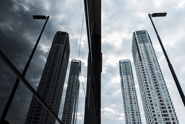 Szklane drapacze chmur zaprojektowane pod kątem niskim