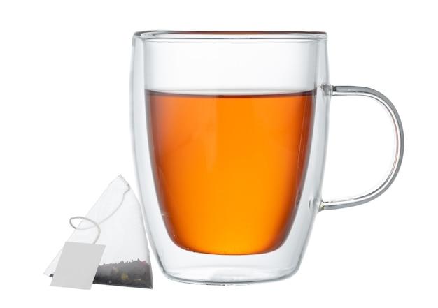 Szklane filiżanki czarnej herbaty na białym tle