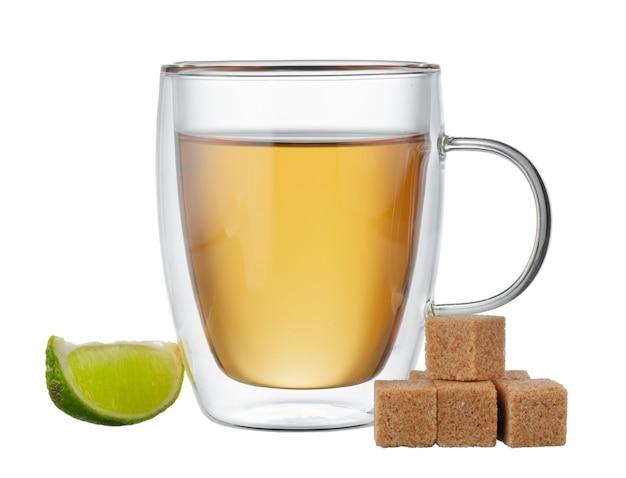 Szklane filiżanki czarnej herbaty z bergamotką na białym tle