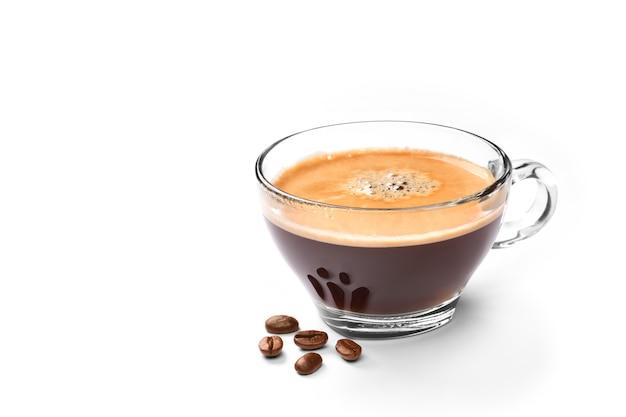 Szklane filiżanki kawy espresso i ziaren kawy na białym tle