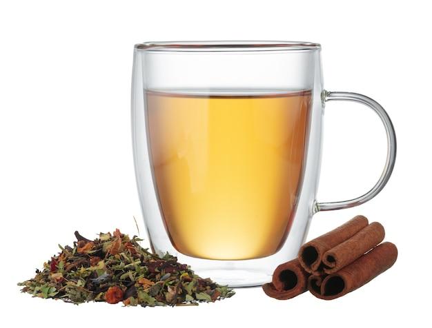 Szklane herbaty i cynamonu na białym tle