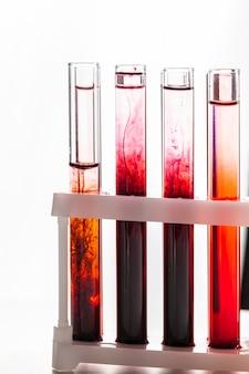 Szklane laboratoryjne chemiczne probówki z płynem do analizy z bliska