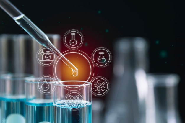 Szklane laboratoryjne chemiczne probówki z płynem do analizy