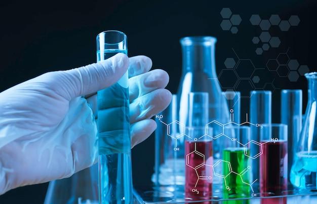 Szklane laboratoryjne probówki chemiczne z cieczą do koncepcji analitycznych, medycznych, farmaceutycznych i naukowych.