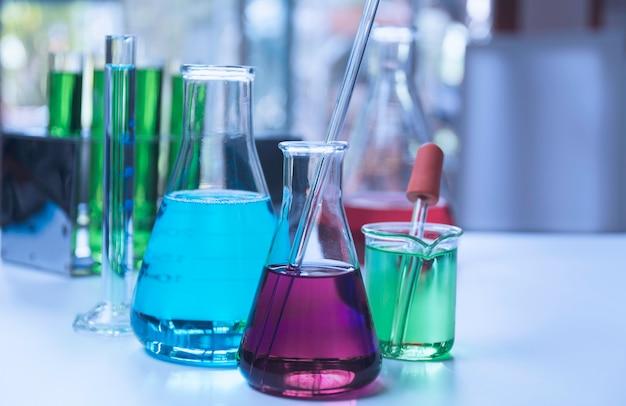 Szklane laboratoryjne probówki chemiczne z płynem do analizy
