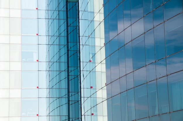 Szklane odbicie budynku