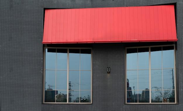 Szklane okna restauracji szybkiej obsługi i czerwona szopa