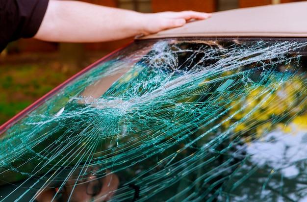 Szklane pęknięcia pękają odłamki przed samochodem