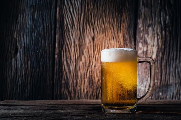 Szklane piwo na drewnie