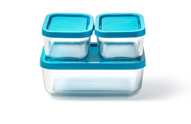 Szklane pojemniki na żywność na białym tle